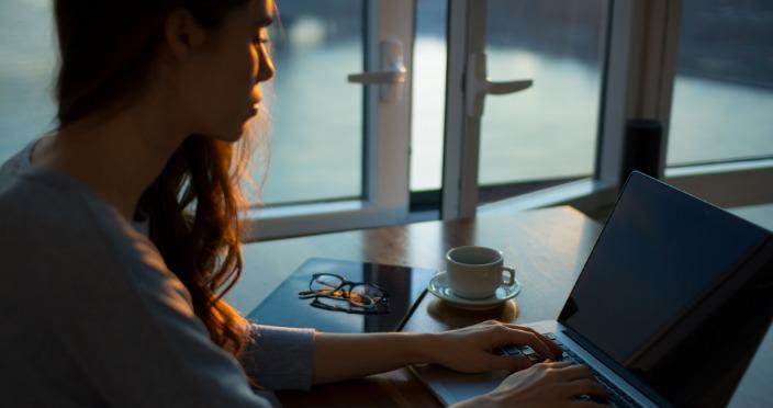 rad od kuće na laptopu