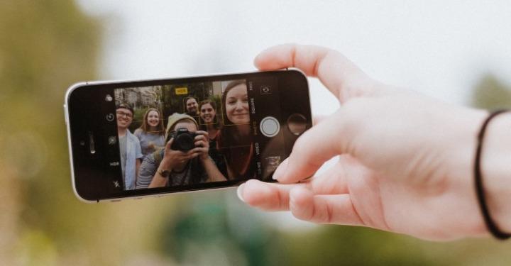 Influenceri koji su slikani telefonom