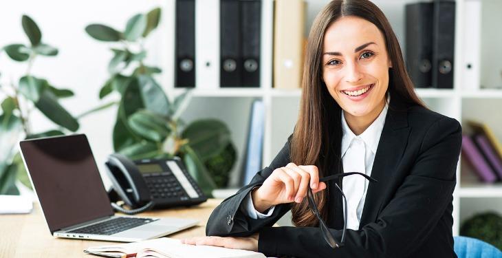 poslovna žena u kancelariji virtuelni asistent